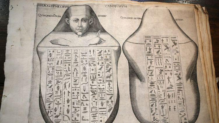 L'une des 29 pages du «Thesaurus Hyeroglyphicorum», un traité d'égyptologie datant de 1610, soit 200 ans avant le décryptage des hiéroglyphes par Champollion, découvert il y a deux ans à Ajaccio (Corse).   (Pascal POCHARD-CASABIANCA / AFP)