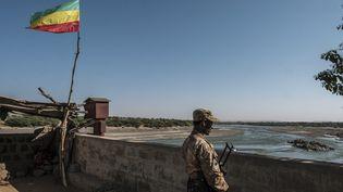 Un militaire érythréen garde la frontière avec l'Ethiopie, à Humera,le22 novembre 2020. (EDUARDO SOTERAS / AFP)