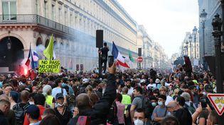 Une manifestation contre le pass sanitaire à Paris le 11 septembre 2021. (ALAATTIN DOGRU / ANADOLU AGENCY / AFP)