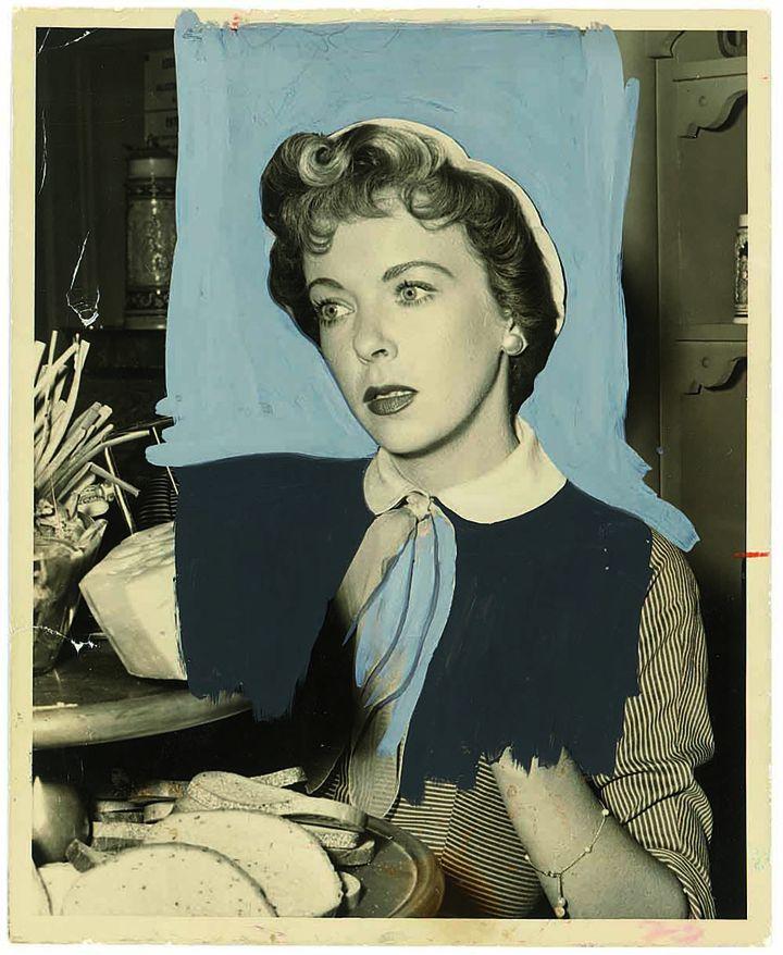 La comédienne Ida Lupino, dans la série américaine Four Star Playhouse, diffusée entre 1952 et 1956. L'arrière-plan est recouvert de gouache bleu clair et son tailleur à rayure est recouvert partiellement de peinture noire opaque qui supprime la main. (DR)