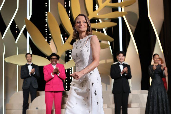 L'actrice et réalisatrice américaine Jodie Foster arrive sur scène pour recevoir une Palme d'or d'honneur lors de la soirée d'ouverture du 74e Festival de Cannes.  (VALERY HACHE / AFP)