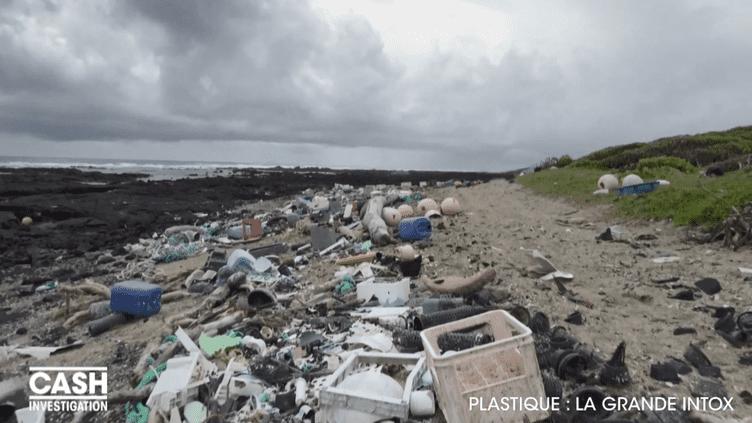 Une plage d'Hawaï, île de l'océan Pacifique, est jonchée de déchets. (CASH INVESTIGATION / FRANCE 2)