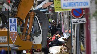 Le travail des secours lors de l'effondrement des immeubles à Marseille. (CHRISTOPHE SIMON / AFP)