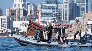 Un énorme travail a été réalisé par les plongeurs démineurs qui ont dû découper et sortir une barge qui bloquait un accès au port. (Ministère des Armées)