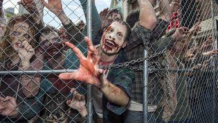 """Des figurants déguisés en zombies pour l'ouverture d'une attraction inspirée de la série """"The Walking Dead"""" dans le parc d'attraction des studios Universal, en Californie, le 28 juin 2016. (Photo d'illustration) (VALERIE MACON / AFP)"""