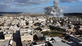 Bombardement aérien sur le village de Balyun dans la partie sud de la province d'Idleb au nord-ouest de la Syrie, le 2 mars 2020. (OMAR HAJ KADOUR / AFP)