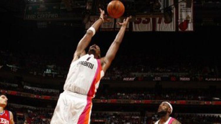 Chris Bosh en action sous les yeux de LeBron James