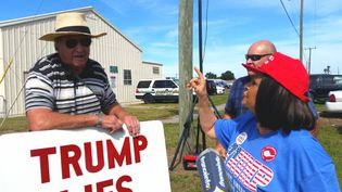 """En Floride, à Sanford, William, avec sa pancarte """"Trump lies"""", """"Trump ment"""", s'est fait conspuerpar des supporters du candidat républicain (BENJAMIN ILLY / RADIO FRANCE)"""