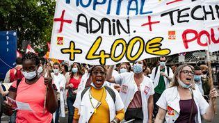 Des soignantes manifestent pour réclamer plus de moyens, le 30 juin 2020 à Paris. (BENJAMIN MENGELLE / HANS LUCAS / AFP)