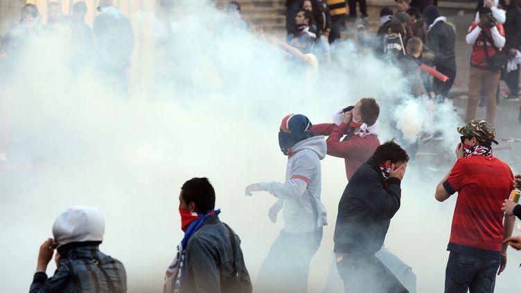 Des émeutiers affrontent les forces de l'ordre lors de la fête du PSG, champion de France de football, à Paris, le 13 mai 2013. (FRANCK FIFE / AFP)