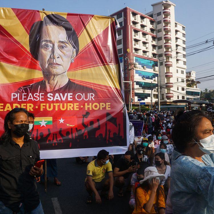 Des manifestants réunis à Rangoun (Birmanie) demandent la libération d'Aung San Suu Kyi, le 15 février 2021. (SAI AUNG MAIN / AFP)
