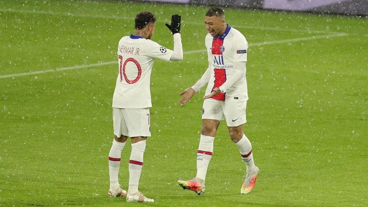 Neymar et Mbappé se congratulent lors du quart de finale aller de la C1 face au Bayern, mercredi 7 avril. (MARCEL ENGELBRECHT / FIRO SPORTPHOTO)