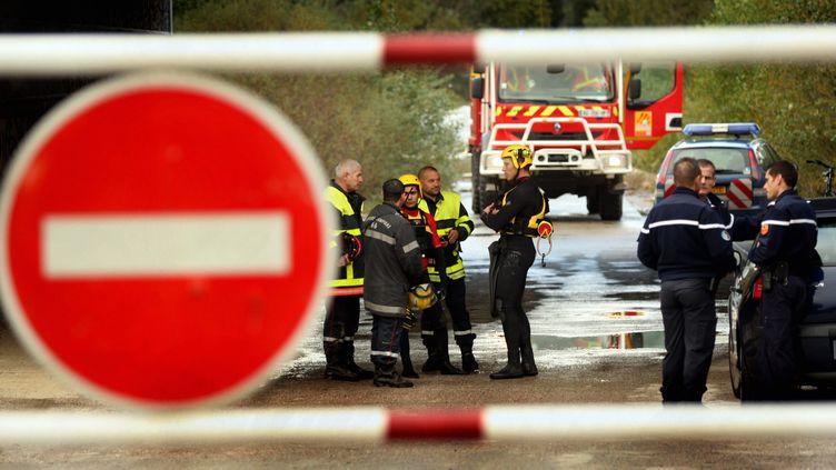 Pompiers, plongeurs et gendarmes recherchent une femme disparue dans le gué de Nefiach près de Millas, à proximité de Perpignan, lundi 7 novembre 2011. (PHILIPPE ROUAH / L'INDEPENDANT / MAXPPP)