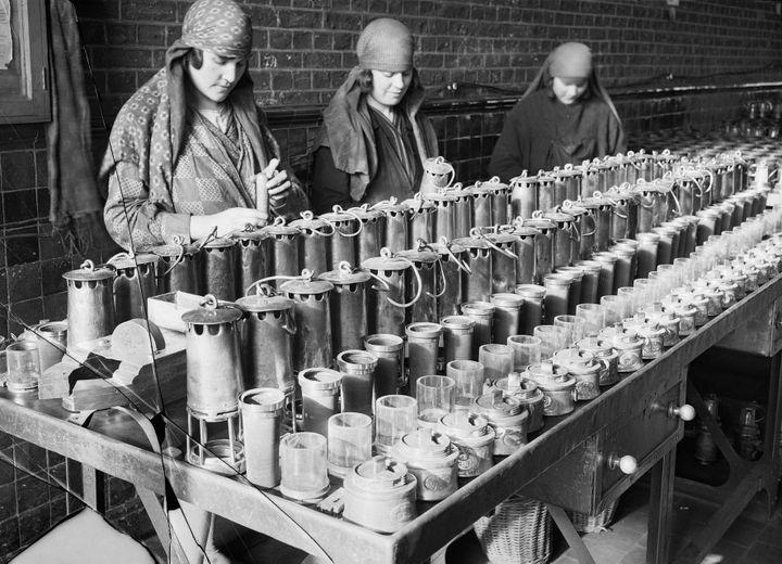 François Kollar, Nettoyage des lampes. Société des mines de Lens (Pas-de-Calais), 1931-1934 - Paris, bibliothèque Forney  (François Kollar / Bibliothèque Forney / Roger-Viollet)