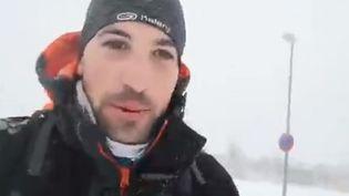 Alvaro Sanchez, interne en chirurgie arrive à son hôpital après 17 kilomètres de marche dans la neige, à Madrid (Espagne). (CAPTURE D'ECRAN TWITTER)
