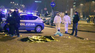 La dépouille d'Anis Amri gît à proximité de la gare routière de Milan où il a été abattu par deux policiers italiens. (DANIELE BENNATI / DPA)
