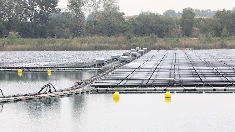 La centrale solaire flottante sur un lac à Piolenc (Vaucluse).  (MAXPPP)