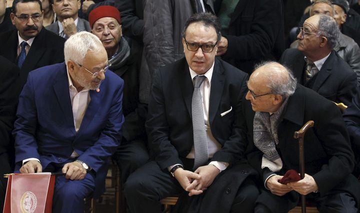 De gauche à droite: Rached Ghannouchi, leader du mouvement d'inspiration islamiste Ennahdha, le fils du président Essebsi,Hafhed Caid Essebsi, et un vétéran de la politique tunisienne, Ahmed Mestiri, à Tunis le 20 janvier 2016. (REUTERS - ZOUBEIR SOUISSI / X02856)
