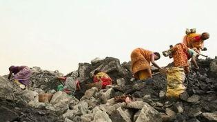 Au nord-est de l'Inde, plusieurs centaines milliers de personnes habitent au-dessus d'un brasier. Elles habitent sur une terre qui brûle, s'effondre, fume en permanence. (FRANCE 2)