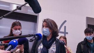 """Deux mois de prison avec sursis ont été requis contreFarida C.qui comparaissait devant le tribunal de Paris lundi 22 février 2021, pour """"outrages"""" et """"violences sans incapacité temporaire de travail"""" envers les forces de l'ordre. Le tribunal rendra sa décision, le 3 mai prochain. (JEROME LEBLOIS / HANS LUCAS / AFP)"""