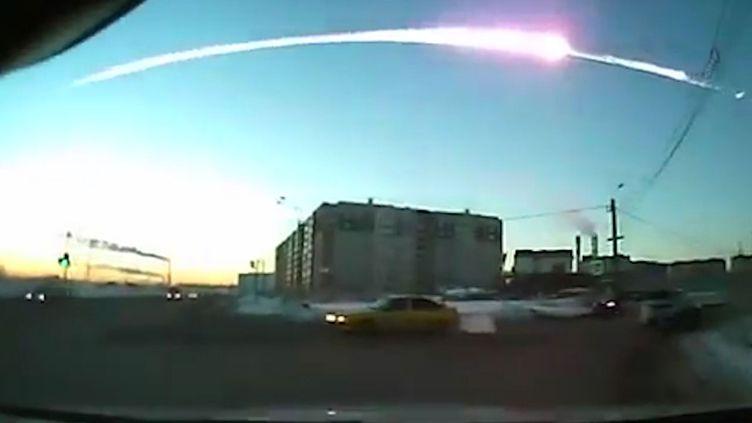 Trace de météorites au-dessus deTcheliabinsk dans l'Oural russe, le 15 février 2013. (RIA NOVOSTI / AFP)
