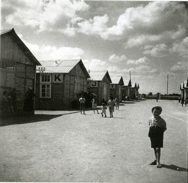Photographie prise lors de la visite du Dr J. de Morsier, délégué du Comité International de la Croix Rouge (CICR) au camp de Jargeau.Loiret, 1er juillet 1941. Coll. CICR, V-P-HIST-00698-09  (DR)
