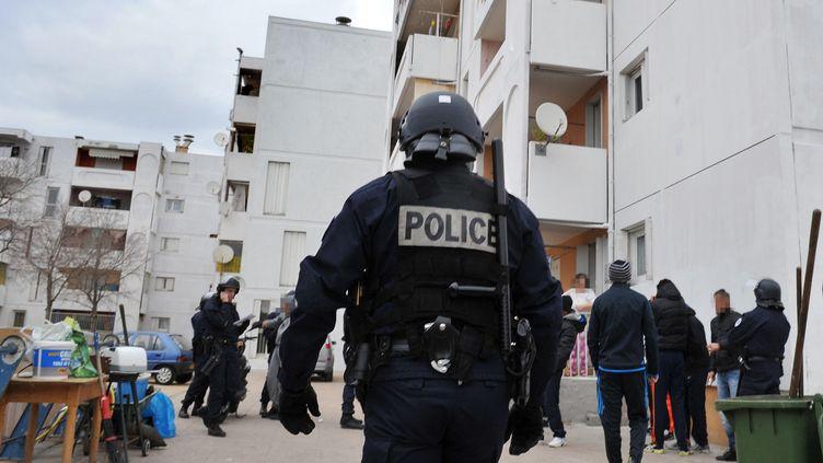 Un contrôle de police, à la recherche de drogue et d'armes, dans le quartier de Bassens, à Marseille, le 12 janvier 2012. (GERARD JULIEN / AFP)
