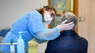 Un membre du secteur médical avec un patient lors d'un test de dépistage du coronavirus, en mars 2020, au CHU de Nantes. (FRANCK DUBRAY / MAXPPP)