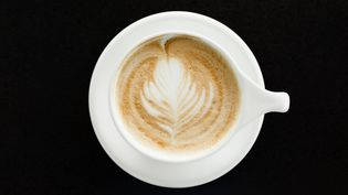 Une tasse de café. (ROBERTO WESTBROOK / IMAGE SOURCE / AFP)