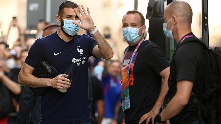 Karim Benzema lors du départ des Bleuspour l'entraînement, le 26 juin à Bucarest (FRANCK FIFE / AFP)