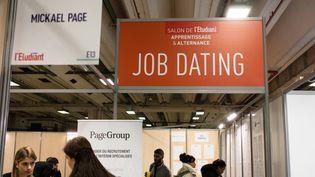 Un stand de job dating au salon de l'apprentissage et de l'alternance de Paris, le 2 février 2018. (AURELIEN MORISSARD / MAXPPP)
