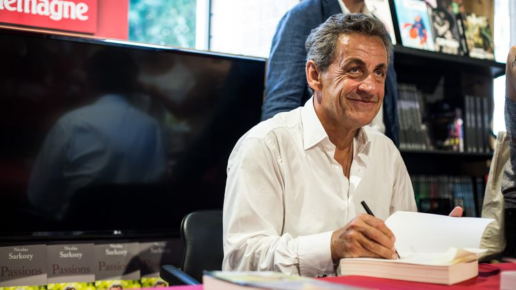 Nicolas Sarkozy lors de la dédicace de son livre ''Passions'', publié en juin 2019 aux éditions de L'Observatoire. (FRANCK BESSIERE / HANS LUCAS)