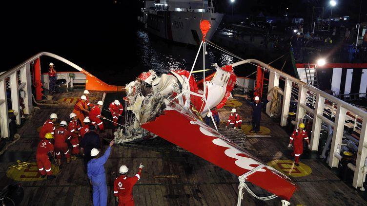 Une partie de la queue de l'avion d'AirAsia disparu en mer de Java, entreposée sur le pont d'un navire de sauvetage, le 11 janvier 2015. (DARREN WHITESIDE / REUTERS)