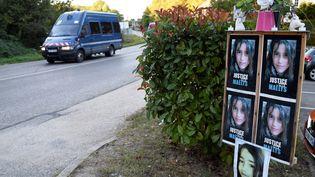 Une voiture de gendarmerie passe devant des affiches en hommage àMaëlys, àPont-de-Beauvoisin (Isère), en septembre 2018. (JEAN-PHILIPPE KSIAZEK / AFP)