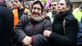 Des membres de la communauté kurde manifestent devant le bureau d'information du Kurdistan à Paris, près duquel trois militantes du PKK ont été assassinées, le 10 janvier 2013. (THOMAS SAMSON / AFP)