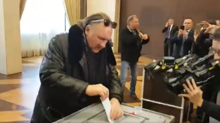L'acteurfrançais Gérard Depardieu vote pour l'élection présidentielle russe à l'ambassade de Russie, à Paris, le 18 mars 2018. (LUCAS LEGER / TWITTER)