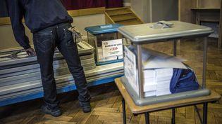 Préparatifs dans un bureau de vote à Lyon (Rhône) le 21 avril 2012. Illustration. (JEFF PACHOUD / AFP)