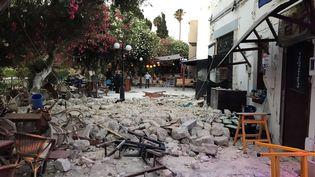 Des tables et des chaises renversées après le tremblement de terre qui a frappé l'île de Kos (Grèce), le 21 juillet 2017. ((OSMAN TURANLI / SOCIAL MEDIA / REUTERS))