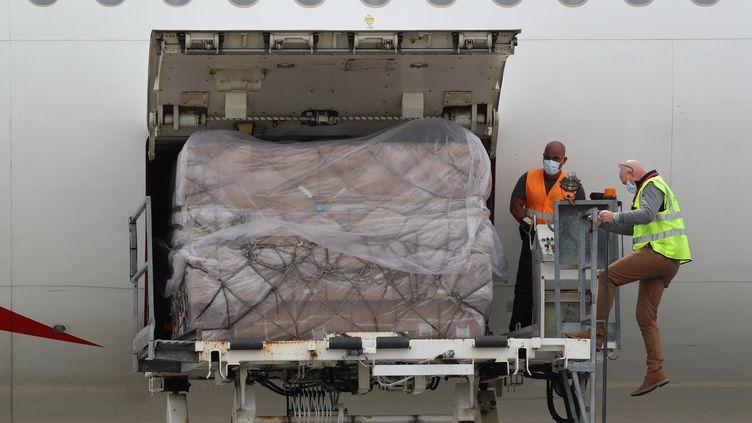 Une cargaison de matériel de protection importé de Chine est déchargé à l'aéroport de Nice (Alpes-Maritimes), le 13 avril 2020. (VALERY HACHE / AFP)