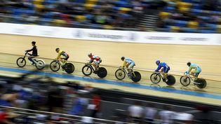 Des cyclistes participent àl'épreuve de keirin dans le cadre de laCoupe du monde de la discipline, le 16 janvier 2016 à Hong Kong. (BOBBY YIP / REUTERS)