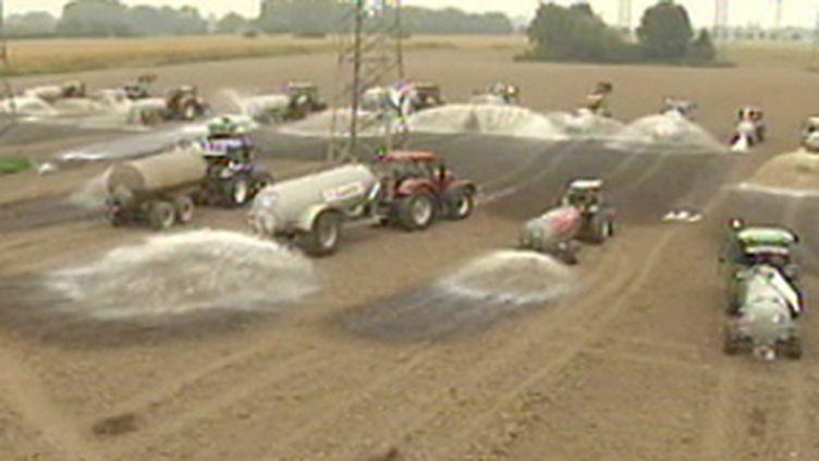 Epandage de lait dans un champs, par les producteurs en colère, 19 septembre 2009 (© France 2)
