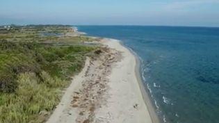 La Corse voit d'année en année ses plages se réduire. Dans l'est de l'île, l'érosion menace un tiers du littoral. Les plages ont reculé de 100 mètres par endroits. (FRANCE 2)