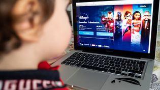 Un enfant devant la nouvelle plateforme de streaming Disney+, lancée en France le 7 avril 2020 (RICCARDO MILANI / HANS LUCAS)