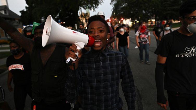 Des manifestants défilentà Kenosha (Wisconsin, Etats-Unis) après que Jacob Blake a été grièvement blessé par des policiers, le 27 août 2020. (STEPHEN MATUREN / REUTERS)