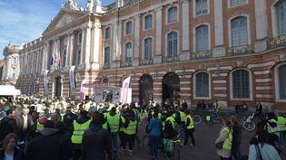 """Des """"gilets jaunes"""" rassemblés sur la place du Capitole à Toulouse (Haute-Garonne), samedi 24 novembre 2018. (PASCAL PAVANI / AFP)"""
