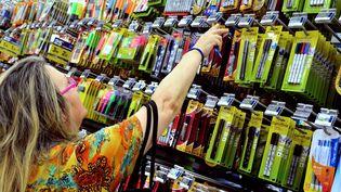 A l'approche de la rentrée, une femme achète des fournitures scolaires dans un supermarché de Lille, le 18 août 2014. (PHILIPPE HUGUEN / AFP)