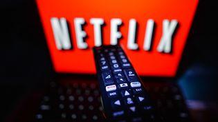Une personne regarde Netflix à Dublin (Irlande), le 13 janvier 2021. (ARTUR WIDAK / NURPHOTO / AFP)