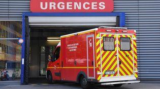 Une ambulance à l'entrée des urgences, à Strasbourg, le 20 juin 2019 (photo d'illustration). (PATRICK HERTZOG / AFP)