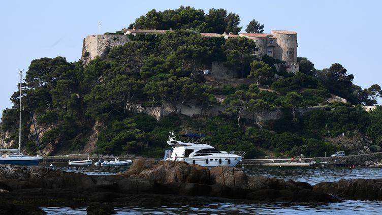 Le fort de Brégançon (Var) photographié le 5 août 2018 alors qu'Emmanuel et Brigitte Macron y passent leur vacances d'été. (BORIS HORVAT / AFP)