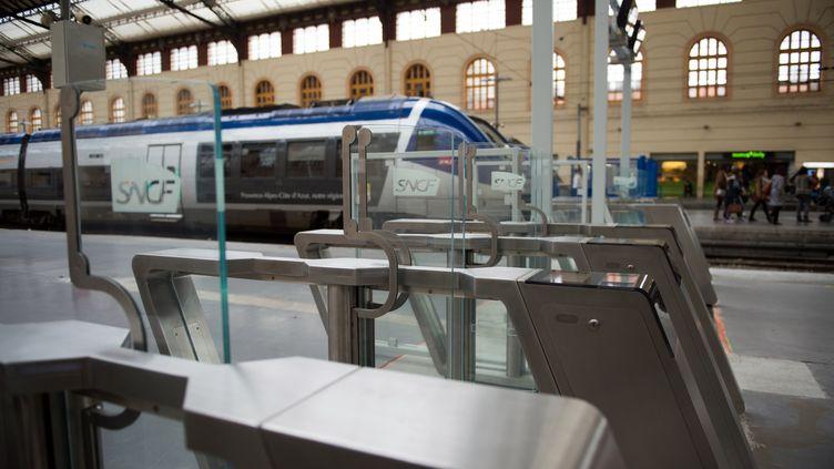 Dans la gare de Marseille-Saint-Charles, des portiques électroniquessemblablesà ceux installés à la gare Montparnasse, à Paris, seront également testés pendant trois mois. (BERTRAND LANGLOIS / AFP)